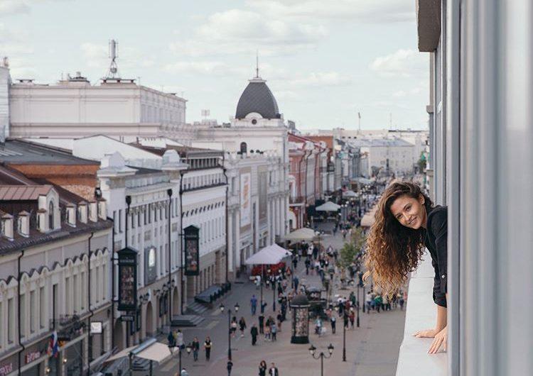 Часы влюблённых, колокольня и памятник коту. Улица Баумана в Казани