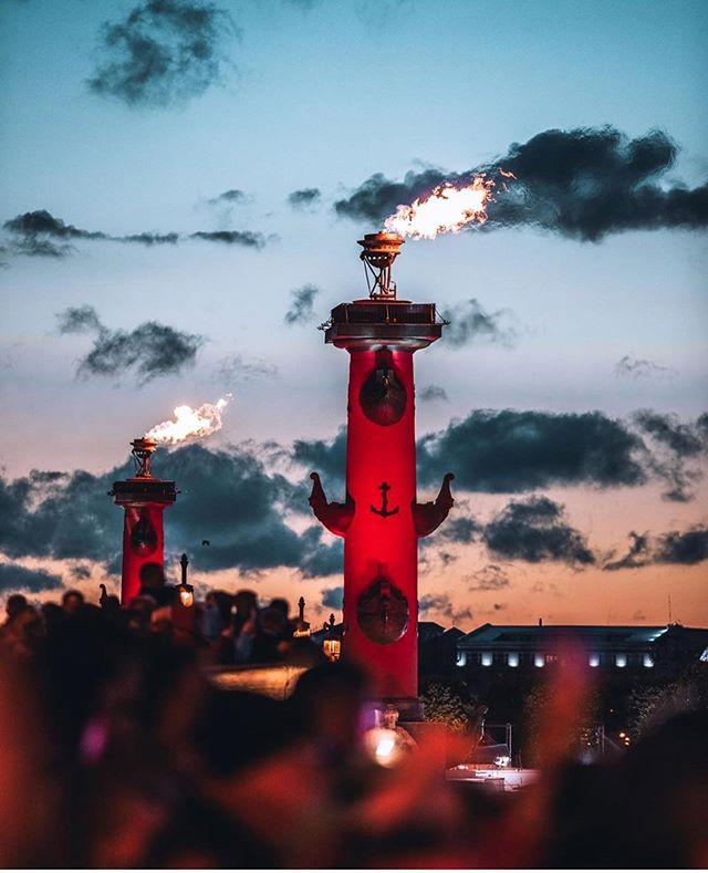 Огонь на ростральных колоннах